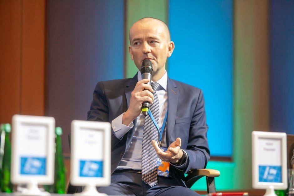 Adam Ptasiński w trakcie wystąpienia na Forum Branży Łazienkowej i Kuchennej
